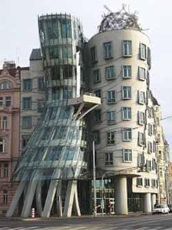 Moderní architektura I. – Tančící dům   Bydlení pro každého