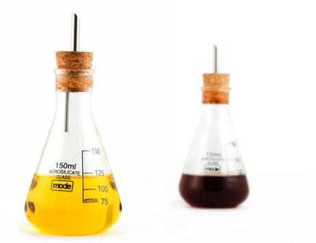 Laboratorní nádobky na olej a ocet od britské firmy Mode