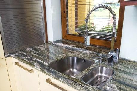 Kuchyňská deska umělý kámen cena