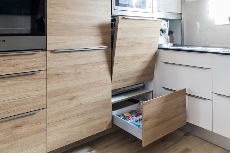 Kuchyně Pelc - moderní kuchyně v kombinaci bílý lesk a dub