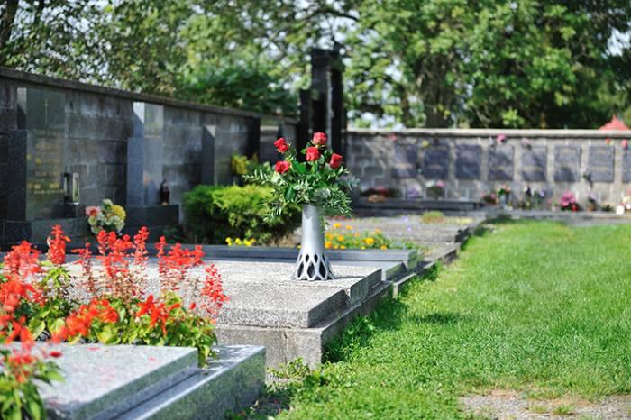 daa0f38a3 Další očistu hrobu a jeho údržbu provádíme podle toho, zda je na hrobu  výsadba nebo je hrob krytý kamennou deskou.